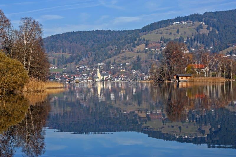 Ansicht zu See schliersee im Herbst, Wasserreflexion stockbild