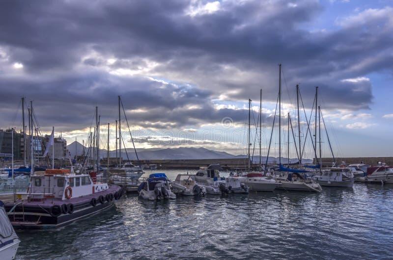 Ansicht zum alten venetianischen Hafen in Iraklio-Stadt voll von Fischerbooten und von Yachten lizenzfreie stockfotografie