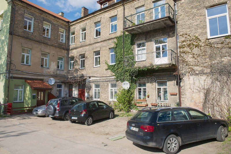 Ansicht zum alten Wohngebäude mit begrenztem Raum für Autoparken in Vilnius, Litauen lizenzfreies stockbild