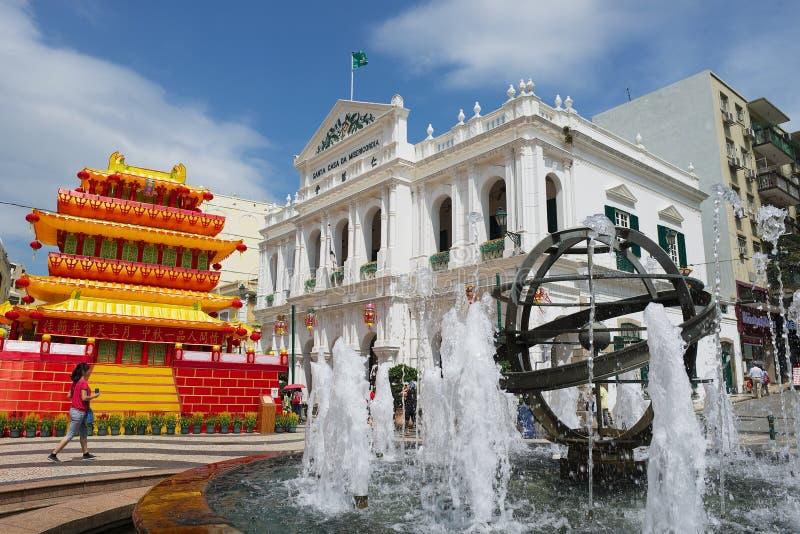 Ansicht zum Brunnen vor dem Santa Casa Da Misericordia-Gebäude in der historischen Mitte von Macao, China lizenzfreies stockfoto