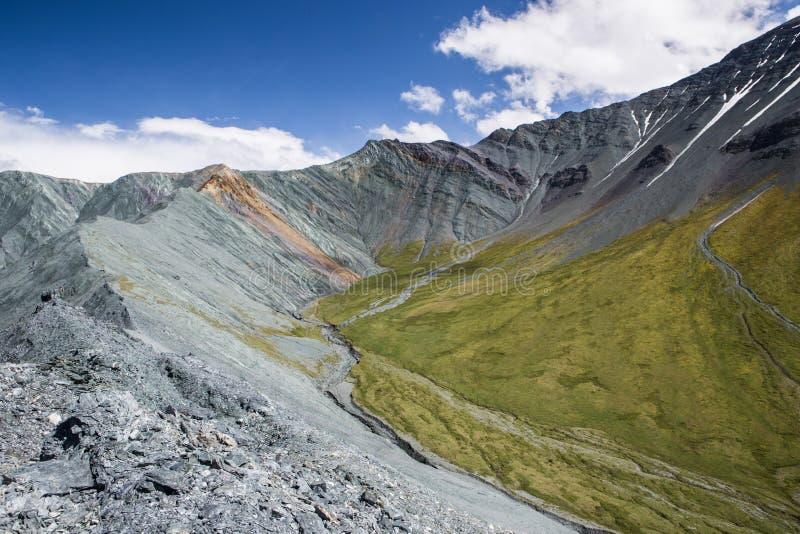 Ansicht zum einzigartigen Yarlu-Tal mit Regenbogenbergen im Sommer stockfotografie