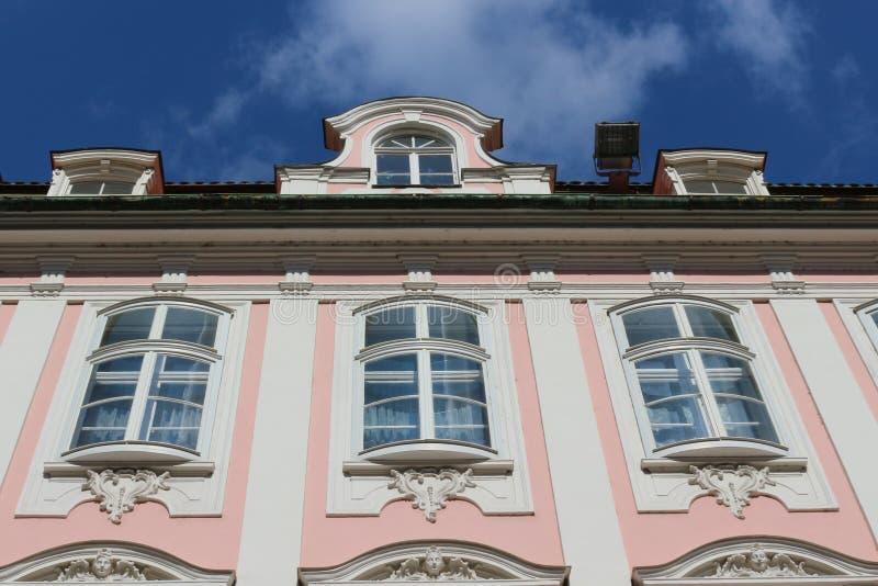 Ansicht zum Himmel und die Spitze eines Rose-roten ausgezeichneten historischen Gebäudes in der Maximilian-Straße in Augsburg, De stockfoto