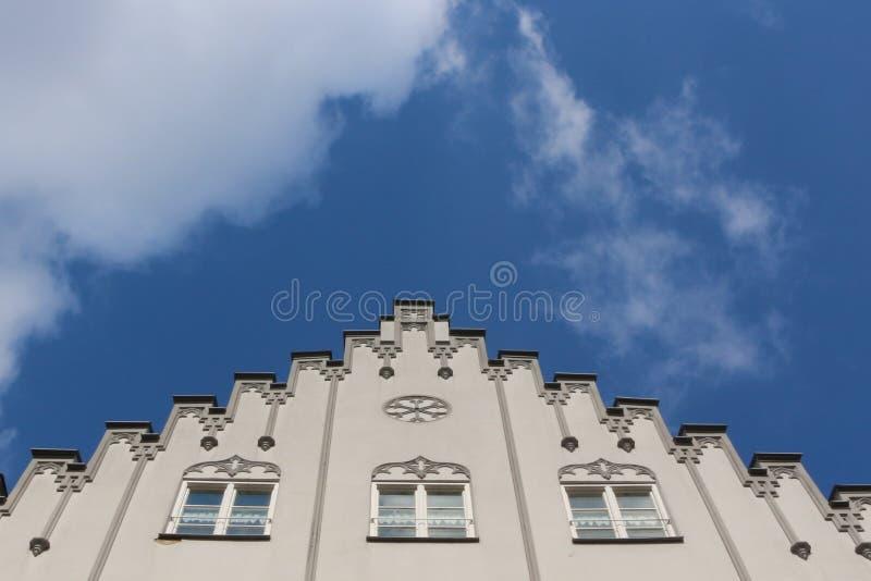 Ansicht zum Himmel und die Spitze eines weißen ausgezeichneten historischen Gebäudes in der Maximilian-Straße in Augsburg, Deutsc lizenzfreies stockfoto