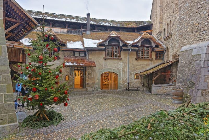 Ansicht zum Hof von Chillon-Schloss mit Weihnachtsbaum lizenzfreies stockfoto