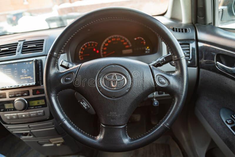 Ansicht zum inerior letzter Generation Toyotas Imsum mit vorderem Sitz-, Lenkrad und Armaturenbrett nachdem dem Säubern vor Verka stockfoto