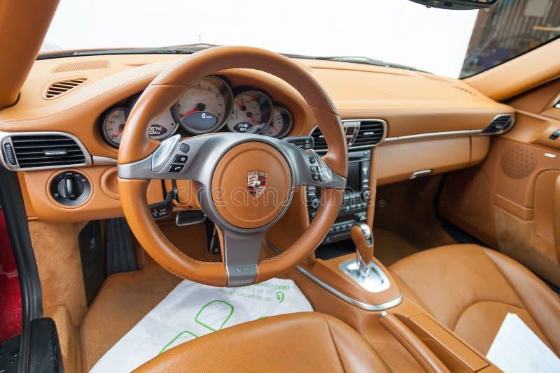 Ansicht zum Innenraum von Porsche Carrera 4s 911 mit Armaturenbrett, Uhr, Mittelsystem, vordere Sitze und shiftgear nachdem dem S lizenzfreies stockfoto