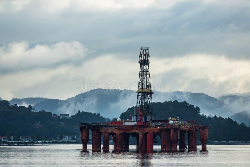 Ansicht zum Lyngdalsfjord mit Ölplattform in Norwegen stockbild