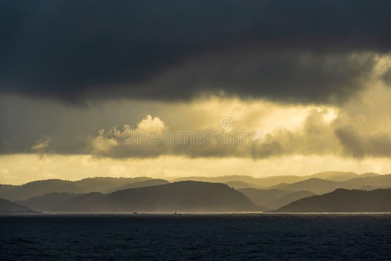 Ansicht zum Lyngdalsfjord mit Sonnenuntergang in Norwegen stockbild