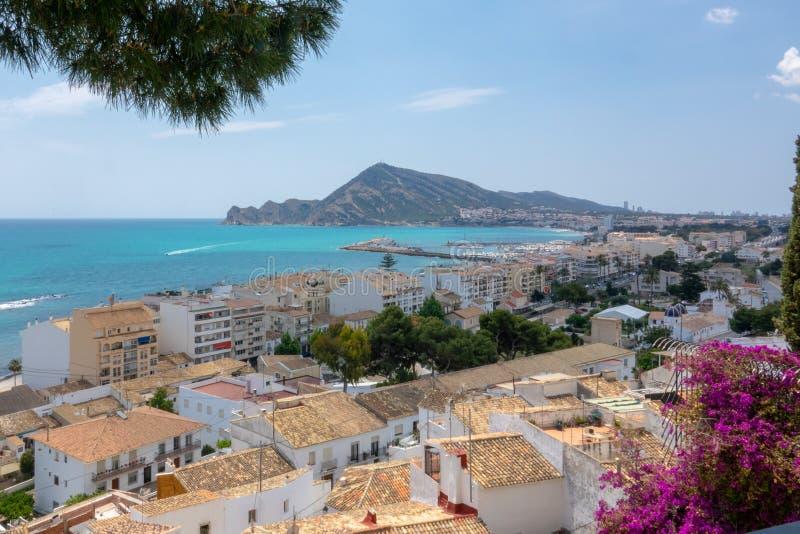 Ansicht zum Meer und zum bezaubernden weißen Dorf Altea in Costa Blanca Spain stockbilder