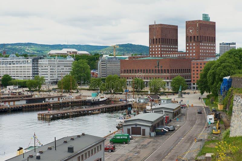 Ansicht zum Oslo-Rathausgebäude und -hafen in Oslo, Norwegen lizenzfreie stockbilder