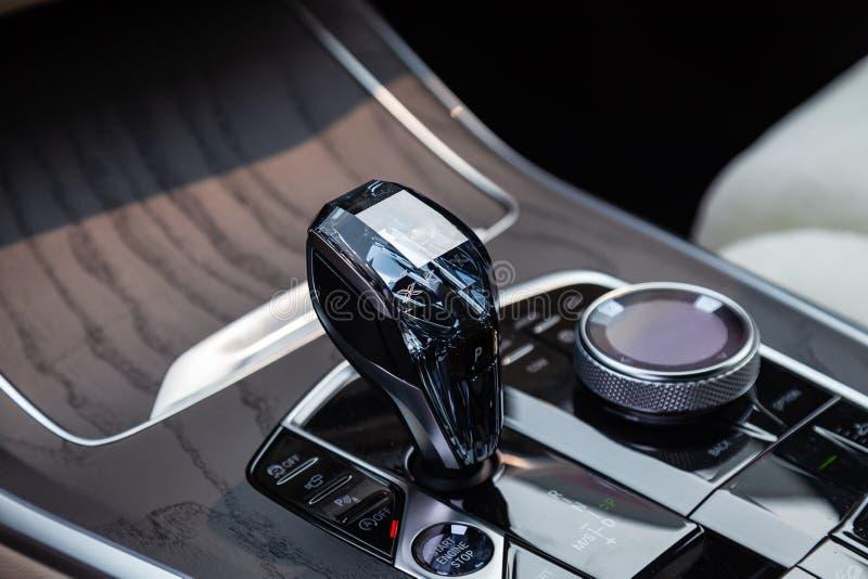Ansicht zum weißen und braunen Innenraum des modernen Autos mit Armaturenbrett, Mittelsystembedienfeld und Diamantschiebegang nac lizenzfreies stockbild