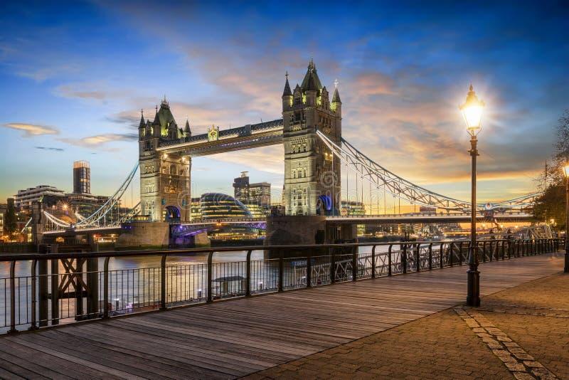 Ansicht zur belichteten Turm-Brücke von London gleich nach Sonnenuntergang lizenzfreie stockbilder