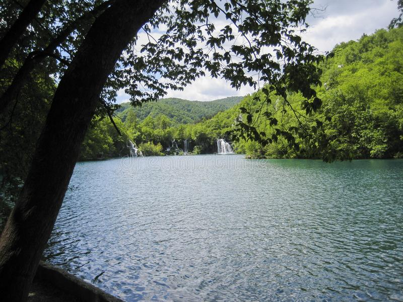 Ansicht zur Bucht mit einem Wasserfall lizenzfreie stockfotos