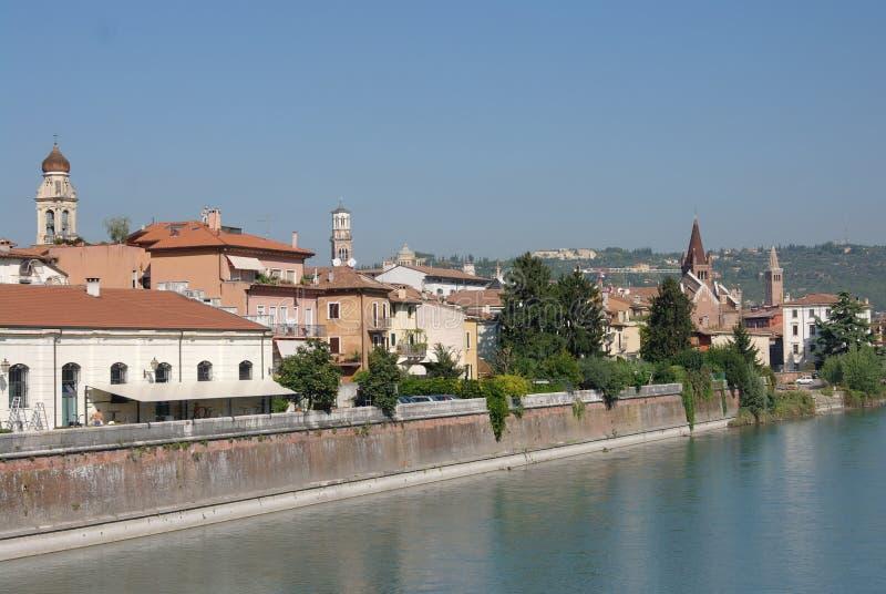 Ansicht zur italienischen Stadt Verona von der Etsch lizenzfreie stockbilder