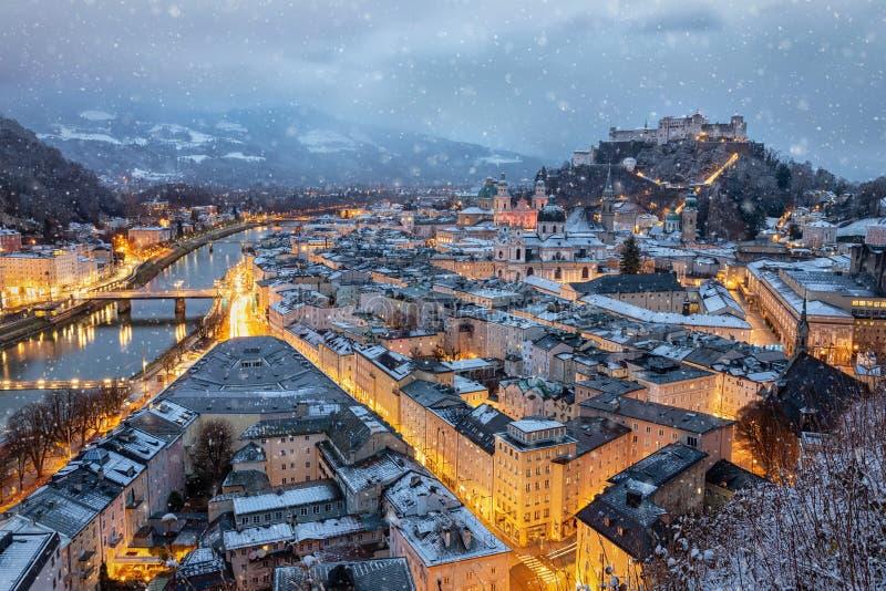 Ansicht zur schneebedeckten alten Stadt von Salzburg in Österreich lizenzfreie stockfotos