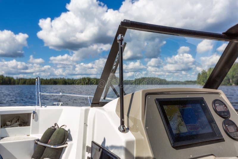 Ansicht zur Seelandschaft vom Motorboot lizenzfreie stockfotografie