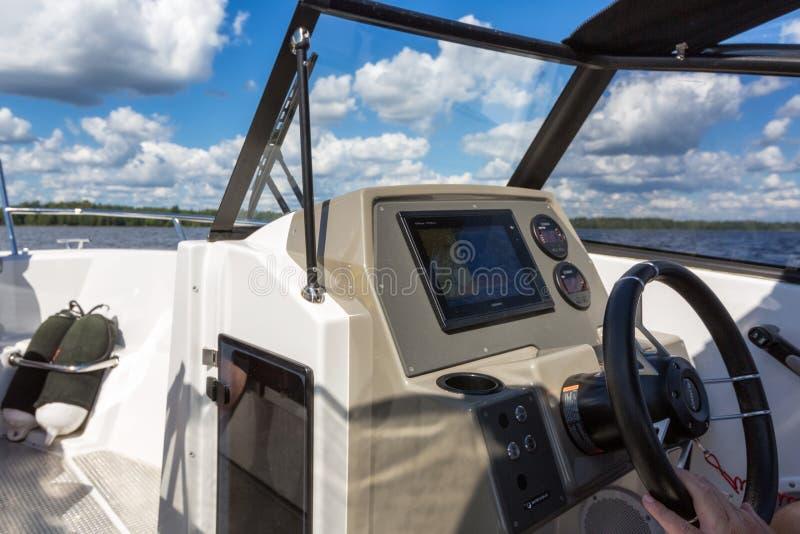 Ansicht zur Seelandschaft vom Motorboot mit Details des Bootes lizenzfreie stockfotografie