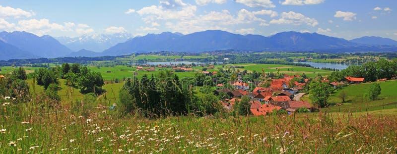 Ansicht zur szenischen ländlichen Landschaft und zu den Alpen stockbild