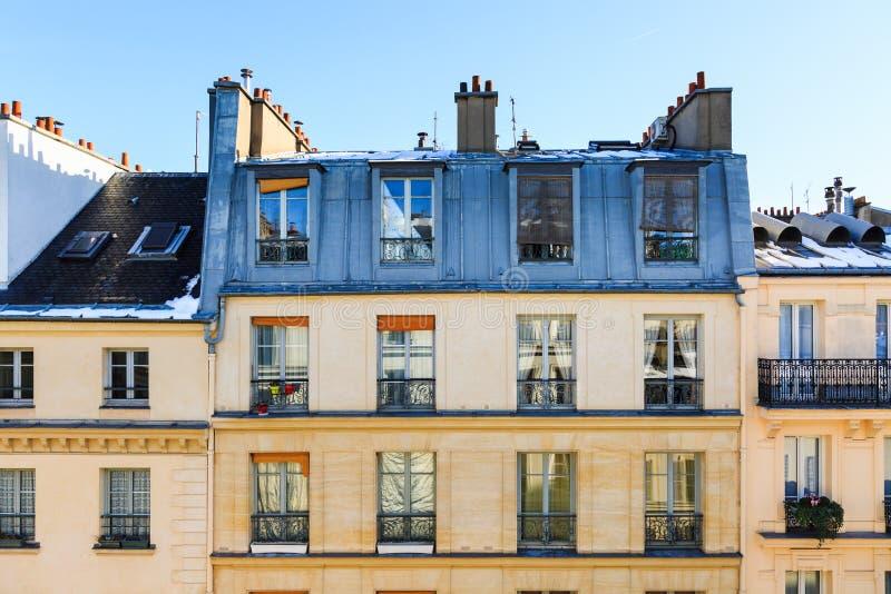 Ansicht zur typischen Fassade des Pariser Gebäudes stockbilder