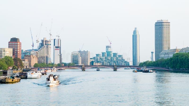 Ansichtbootskreuzfahrt-Geschäftsskyline Londons die Themse lizenzfreie stockfotografie