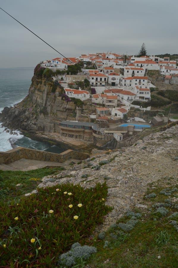 Ansichten der Häuser tadellos gelegen auf einem natürlichen Pool Cliff And Withs A auf ihrem Hintergrund in Colares Natur, Archit lizenzfreie stockbilder