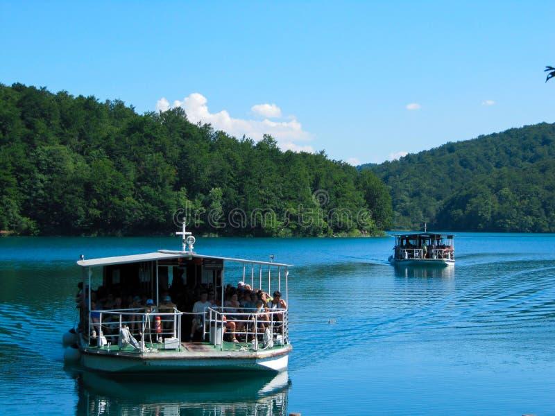 Ansichten des Bootes des Flusses zwei, das auf den See in den Nationalpark Plitvice Seen, Kroatien schwimmt lizenzfreie stockbilder
