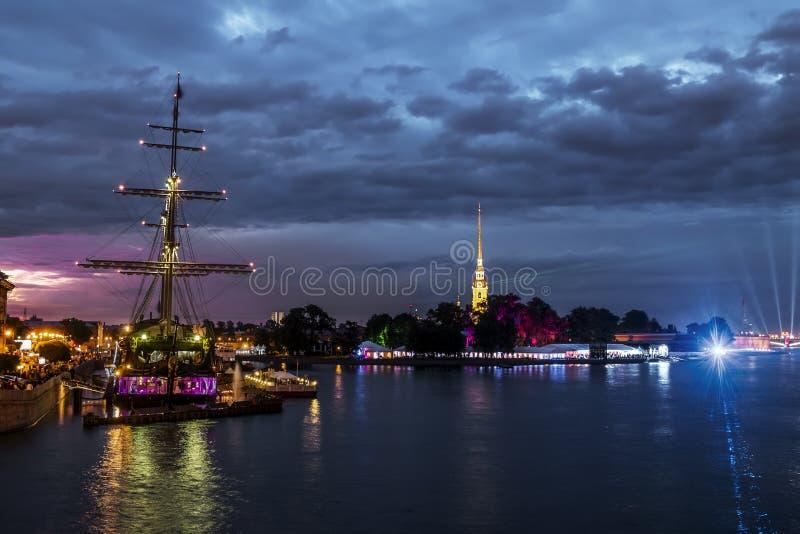 Ansichten des Segelschiffs im Wasser Neva Rivers und des Th lizenzfreies stockfoto