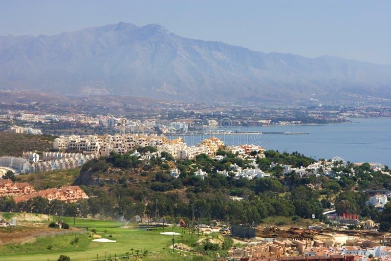 Ansichten durch Duquesa und Manilva durch zum Marbella-und La-Betrug stockbilder