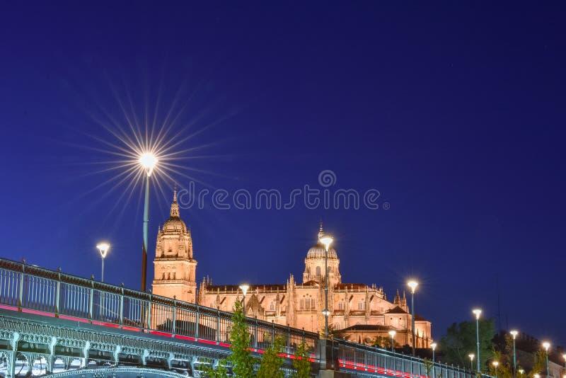 Ansichten vom Flussufer der Kathedrale von Salamanca und von Brücke stockfotografie