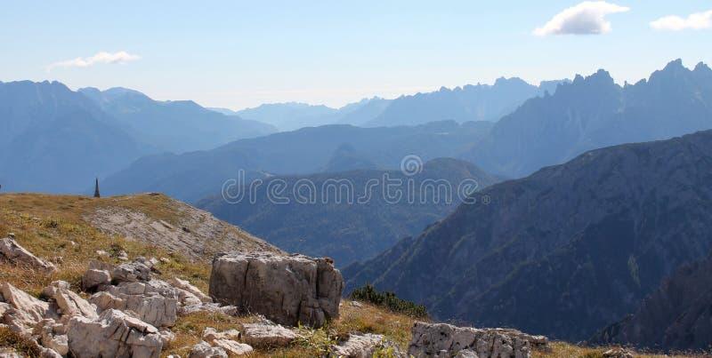 Ansichten von der Spur um Tre Cime Di Lavaredo stockbild
