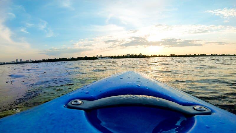 Ansichten von dniper Fluss von einem Kajak lizenzfreie stockbilder