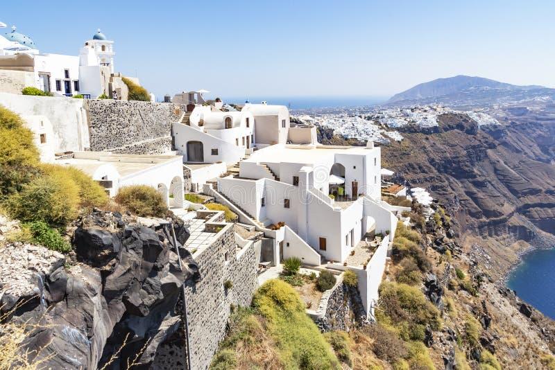 Ansichten von Häusern, die gegen die Klippe in Fira, Santorini, Griechenland errichtet werden stockfotografie