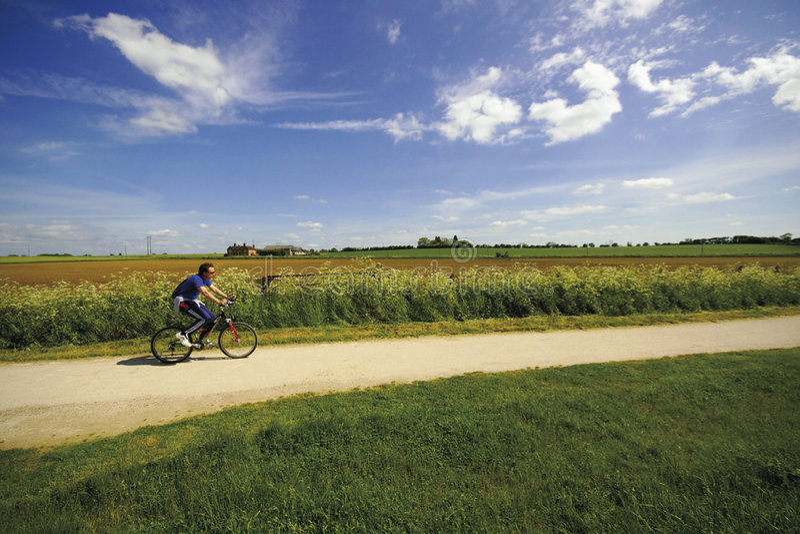 Ansichten von vom Greenway-Fußweg und veralteten dem Gleis des Radweges lizenzfreies stockbild