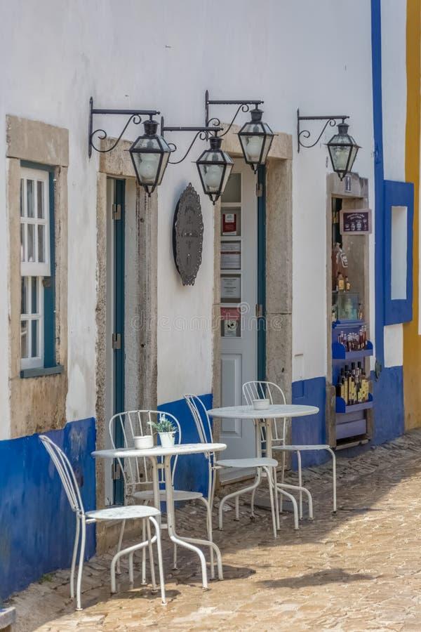 Ansichtgebäude mit Cafeteria, Terrasse im Freien mit Stühlen und Tabellen, Retro- Dekoration stockfoto