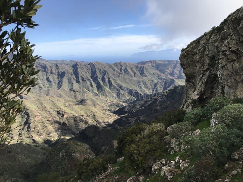 Ansichtgebirgszitronengelbe Sommerinsel lizenzfreie stockbilder