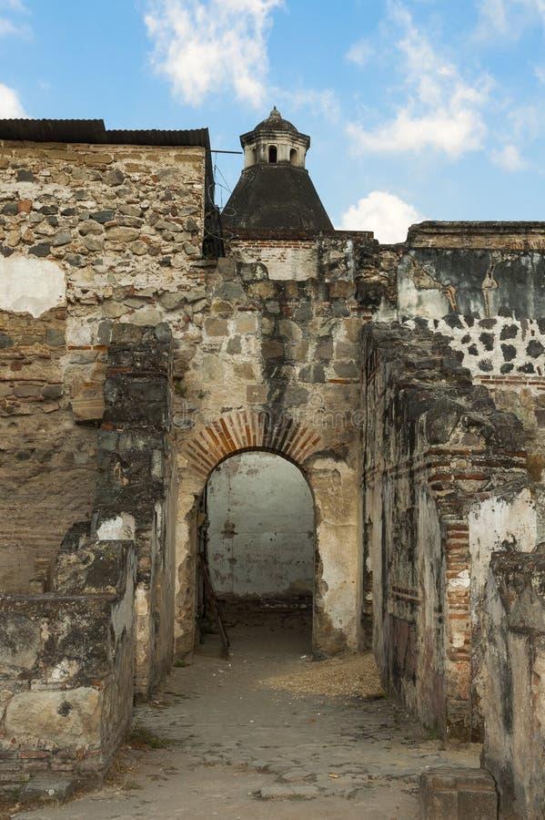 Ansichthaube von Kolonialhäusern in Antigua Guatemala und Mond stockfotos