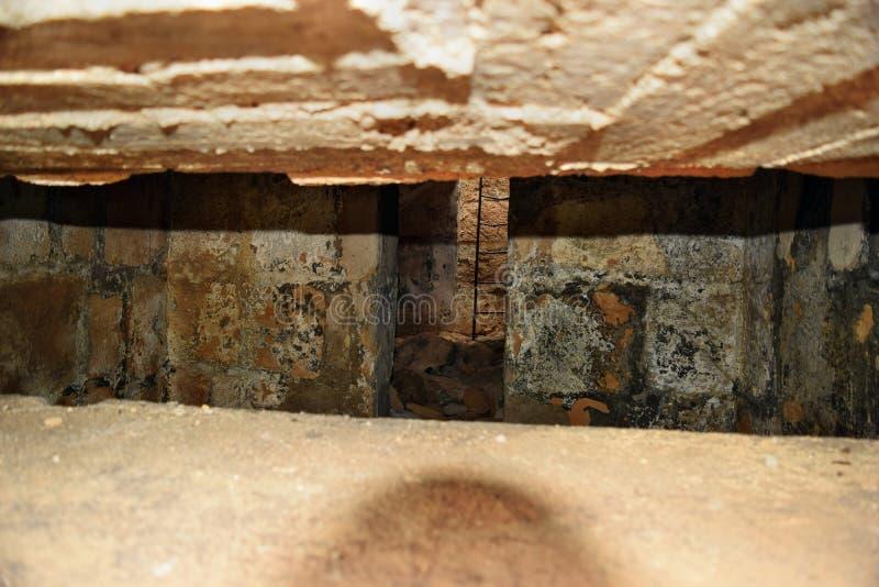 Ansichtinnere in der alten verstärkten Verstärkung des Bunkers auf dem Hügel stockbilder