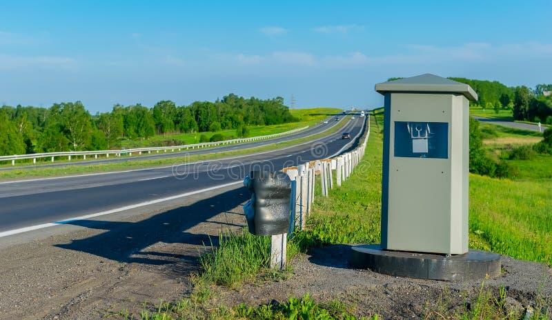 Ansichtkamera, welche die Bewegung von Autos vom Schnellfahren auf die Straße repariert stockbilder