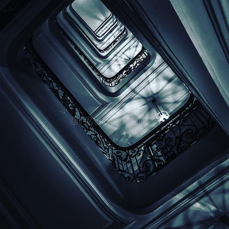 Ansichtunterseite oben auf schönem Luxustreppenhaus mit hölzernen Geländern stockbild