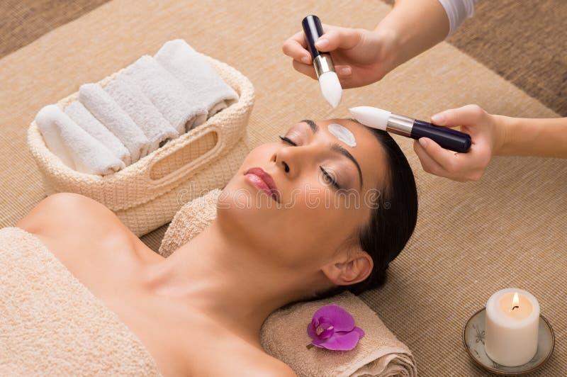 Ansikts- behandling med fuktighetsbevarande hudkräm royaltyfri fotografi