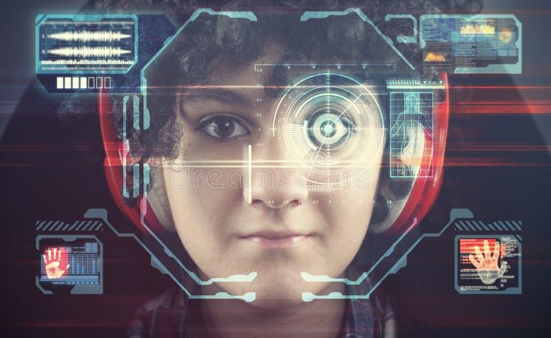 Ansikts- erkännande Ung flicka som använder systemet för framsidaerkännande royaltyfri fotografi
