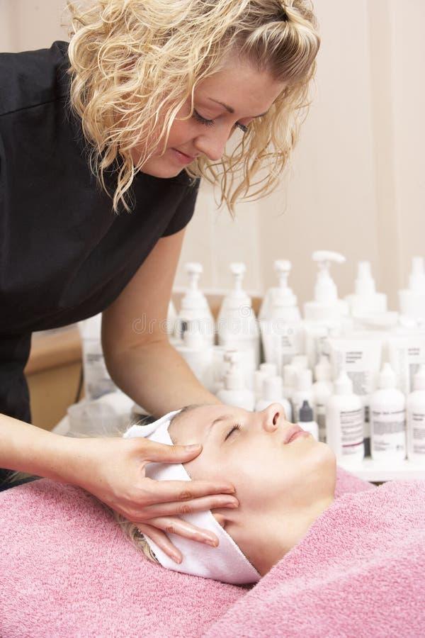 ansikts- kvinnlig för beställare som ger masseusen royaltyfri bild