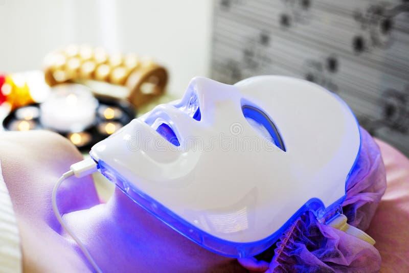 Ansikts- maskering för Photodynamic terapi på kvinnas framsida royaltyfri fotografi