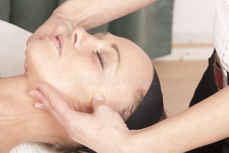ansikts- massageåterställning arkivfoton