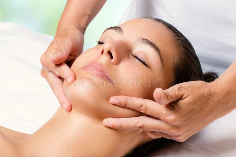 Ansikts- massage för skönhet på den kvinnliga hakan royaltyfria bilder