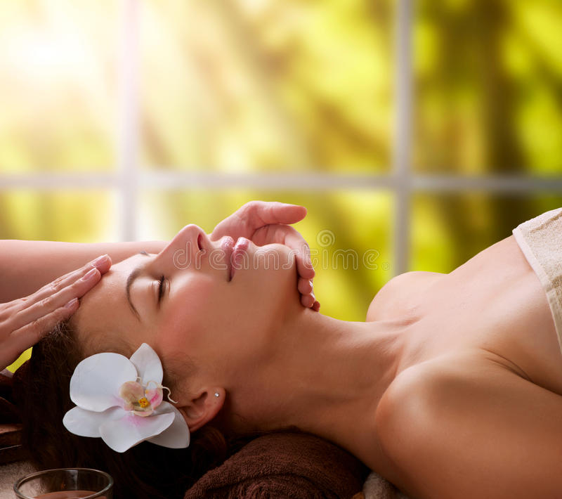 Ansikts- massage för Spa arkivfoto