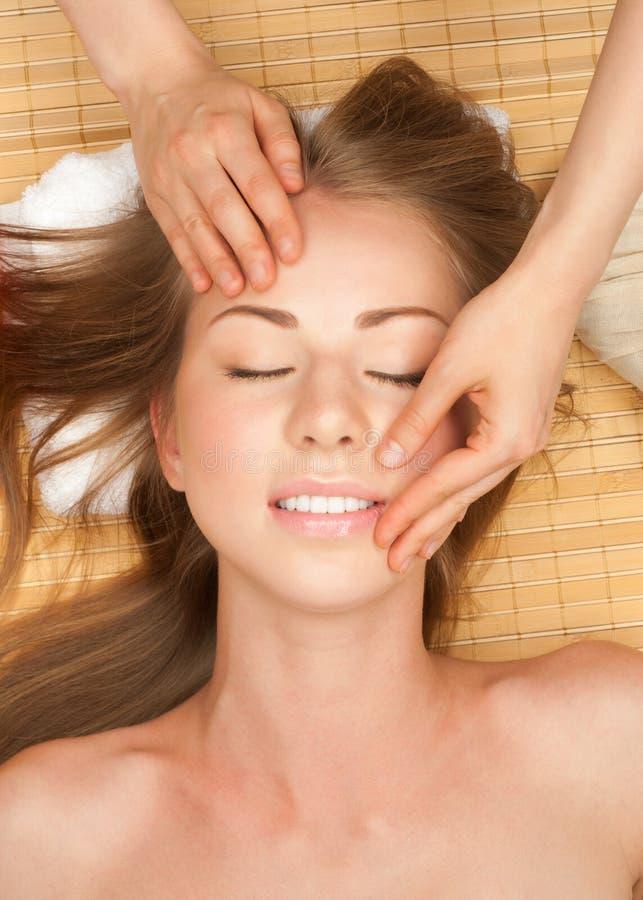 ansikts- massage som mottar kvinnan arkivbild
