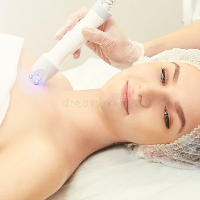Ansikts- mikroaktuellt cosmetologytillvägagångssätt Skönhetteknologibehandling Kvinnaframsidaterapi arkivbild