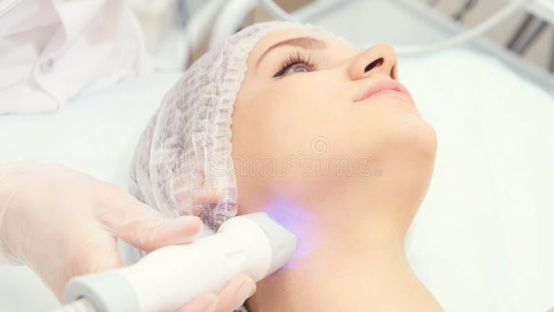 Ansikts- mikroaktuellt cosmetologytillvägagångssätt Skönhetteknologibehandling Kvinnaframsidaterapi royaltyfri foto