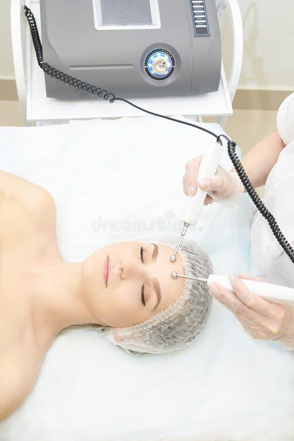 Ansikts- mikroaktuellt cosmetologytillvägagångssätt Skönhetteknologibehandling Kvinnaframsidaterapi royaltyfri fotografi